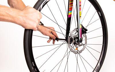 Verwijder het wiel uit de fiets