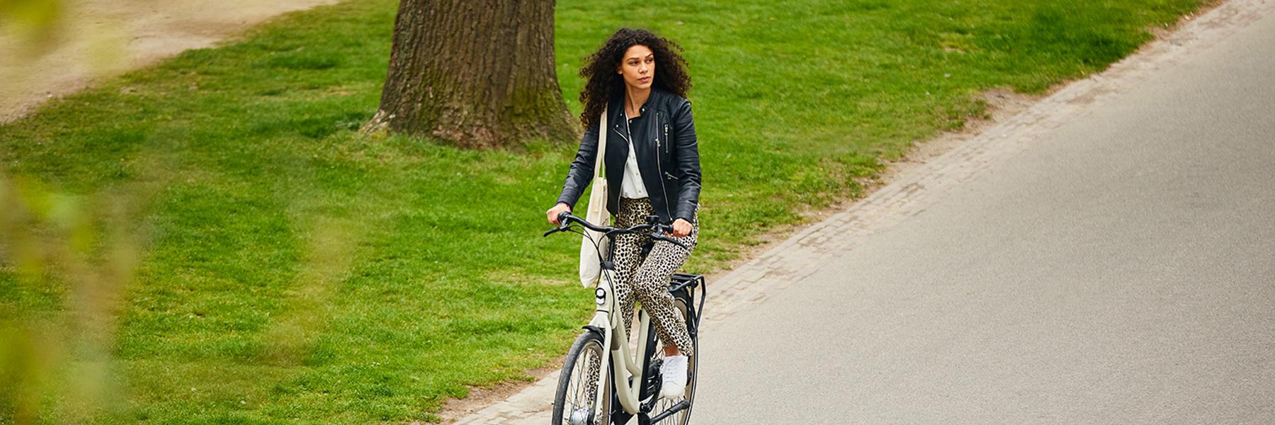 Vrouw op Gazelle fiets