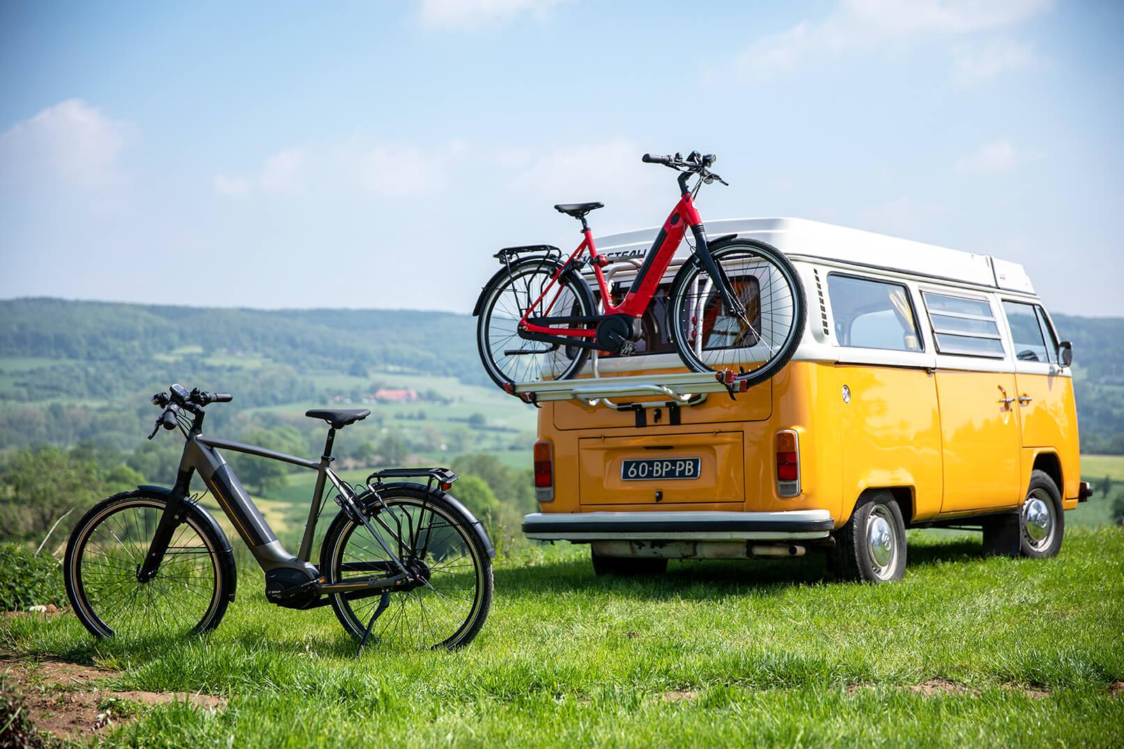 Auf Mehrtagestour mit gelbem Bus und Fahrrädern