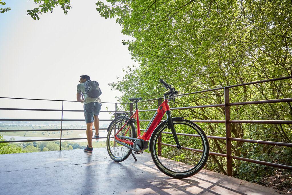 Mann mit rotem Fahrrad