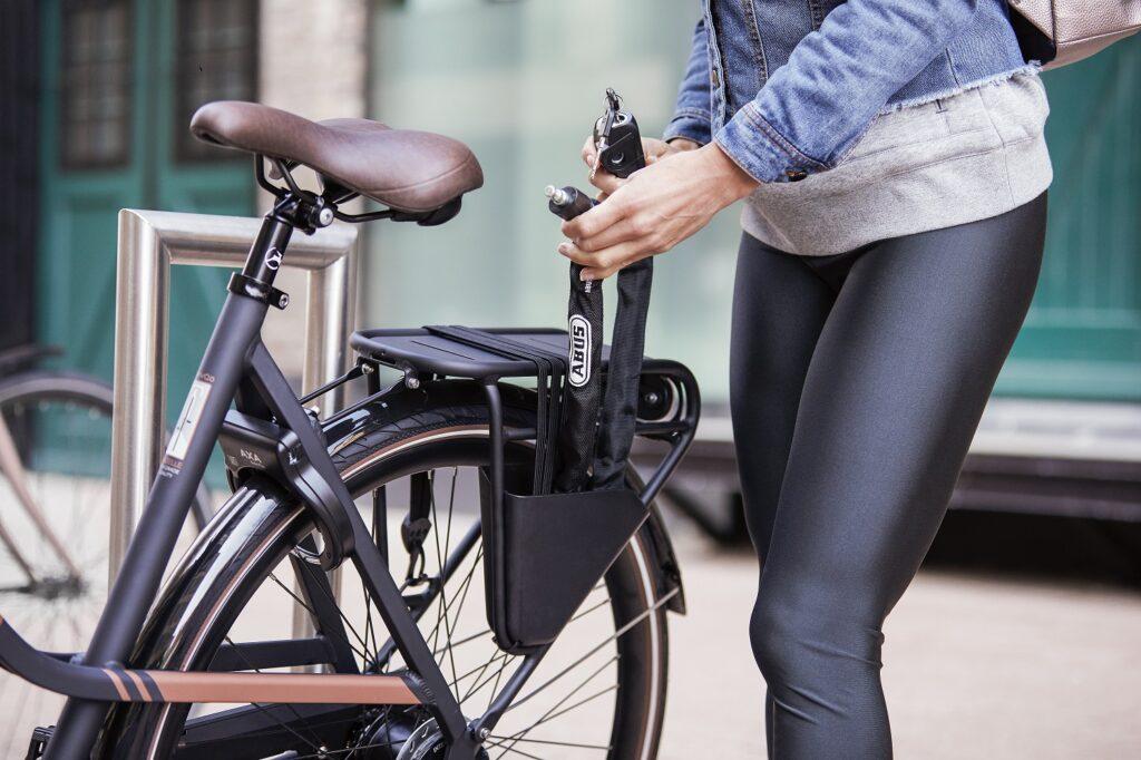 Fahrradversicherung: Fahrrad sperren mit Kettenschloss