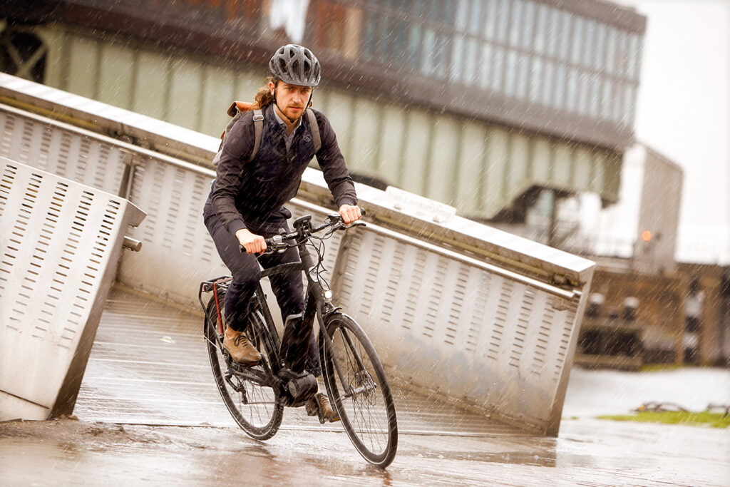 Mann fährt mit dem Fahrrad