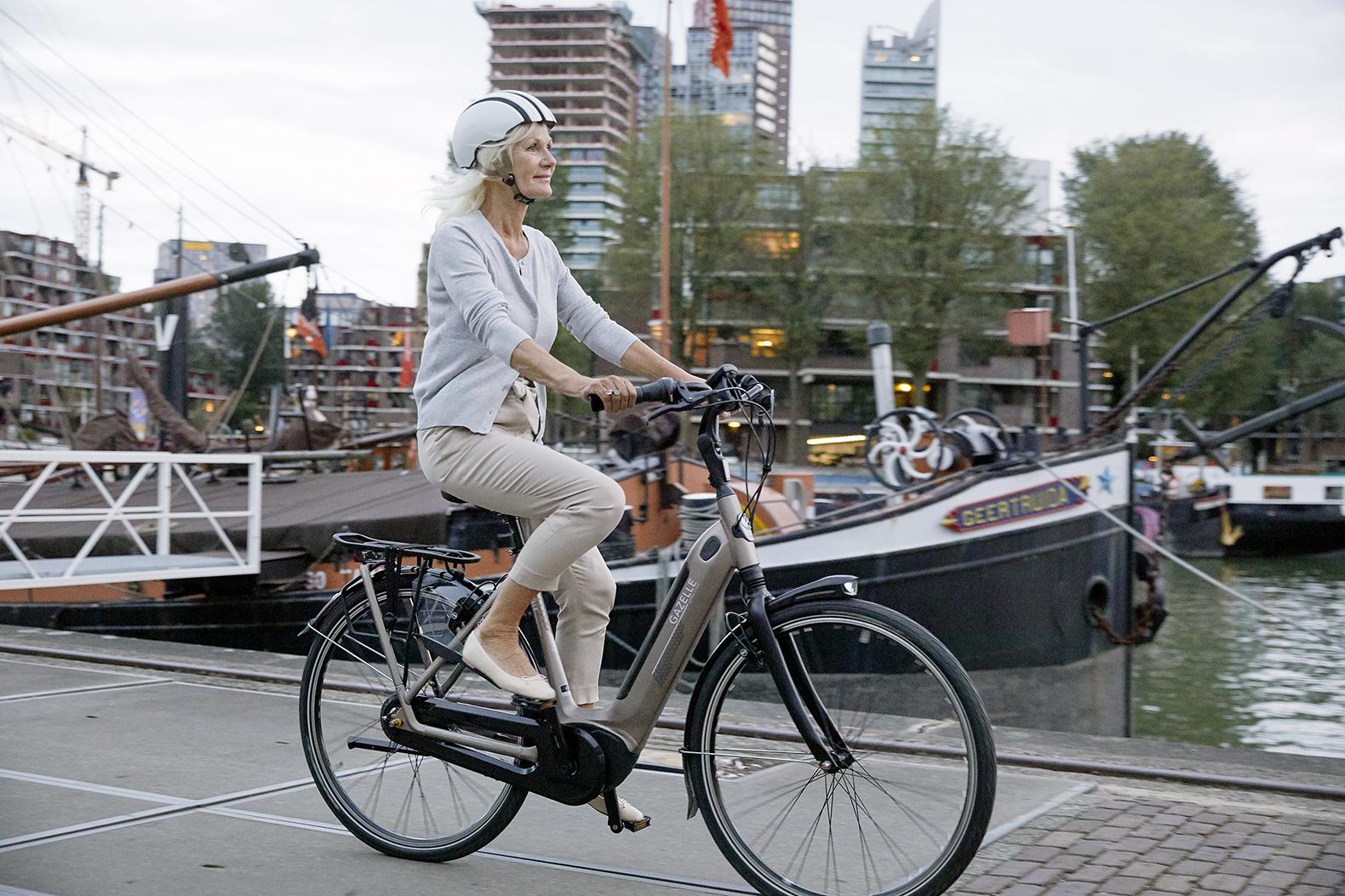 Frau auf dem Fahrrad zur Arbeit