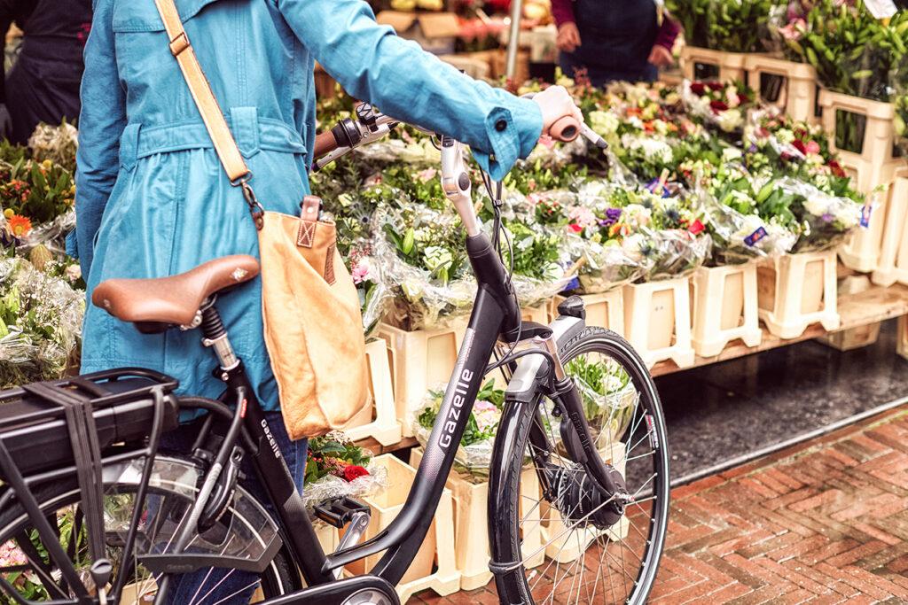 Frau mit Fahrrad auf dem Markt