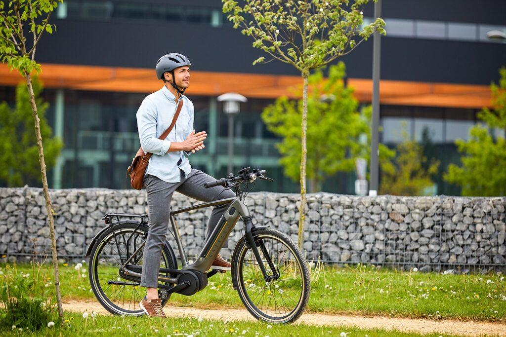 Mann mit Helm auf dem Fahrrad