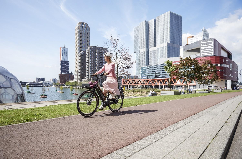 Frau mit Kleid auf dem Fahrrad