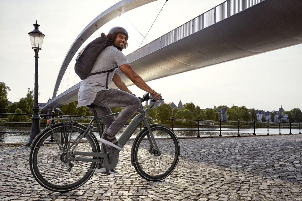 Mann mit Rucksack Pendeln mit dem Rad zur arbeit