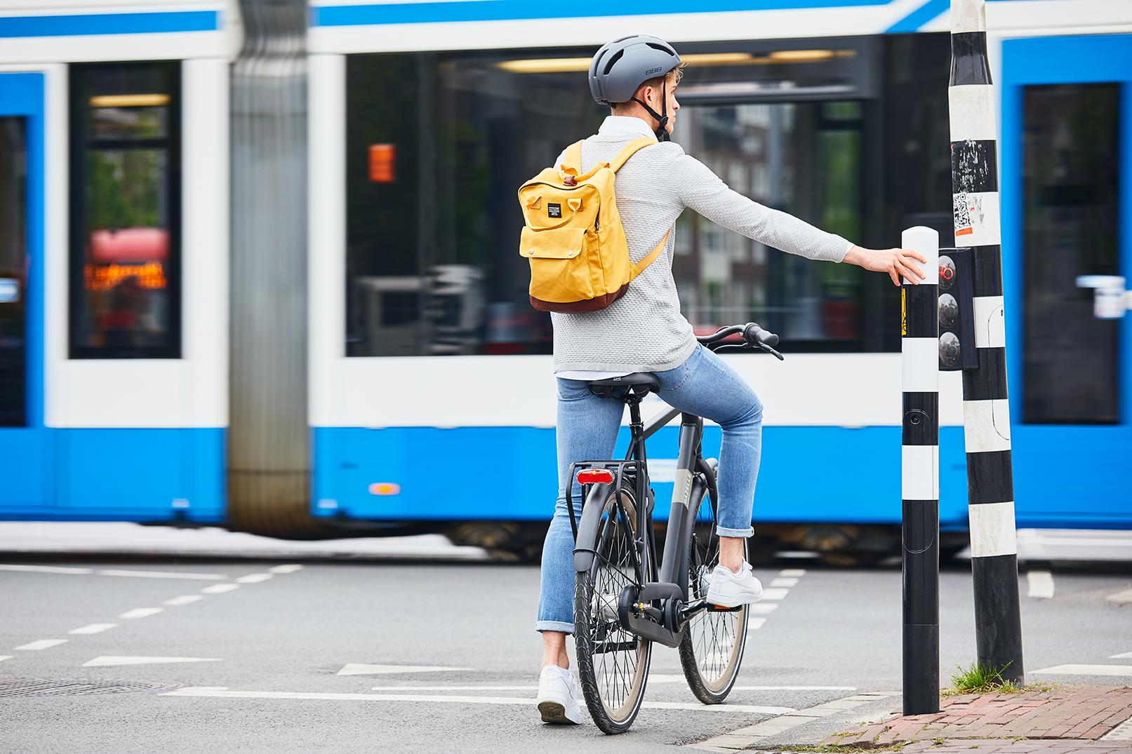 Mann auf Fahrrad mit gelbem Rucksack