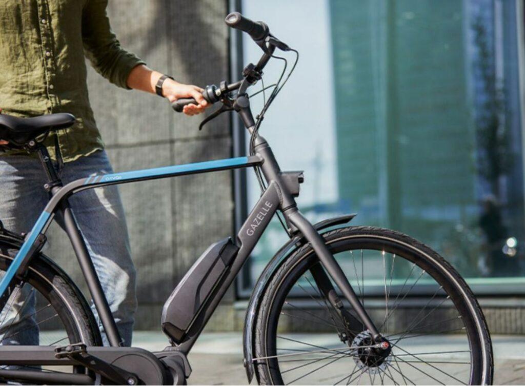 Mann mit blau / schwarzem E-Bike