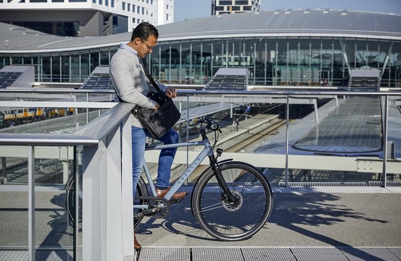 Mann geht mit dem Fahrrad zur Arbeit